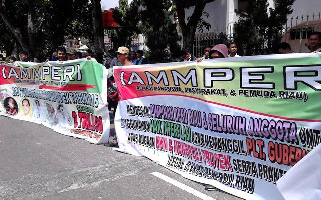 Demo Keluarga Plt Gubri, PP Rebut Paksa Spanduk Aksi