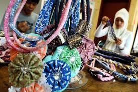 Bergaya dengan aksesoris bermotif batik