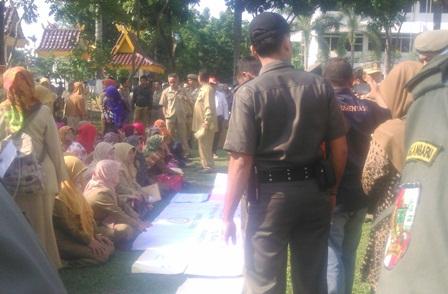 Puluhan Guru Berpanasan Tuntut Haknya ke Pemko Pekanbaru