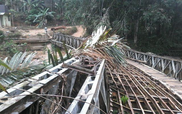 Ambruk Diterjang Banjir, Jembatan Besi di Desa Ini Tak Layak Dilewati