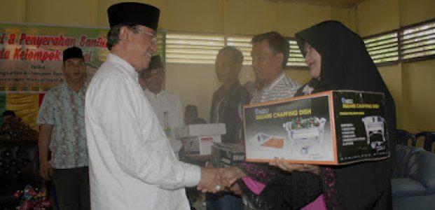 HM Wardan Serahkan Bantuan Sosial di Kecamatan Keritang