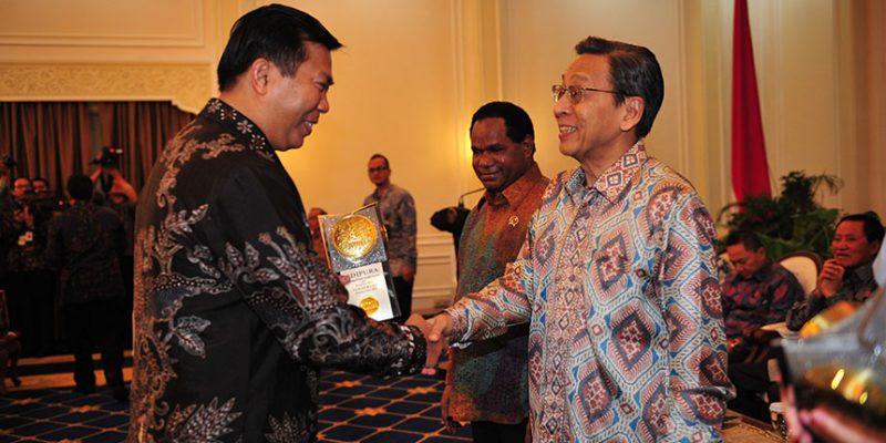 Wali Kota Pekanbaru H Firdaus ST, MT menerima Piala Adipura yang diserahkan Wakil Presiden RI