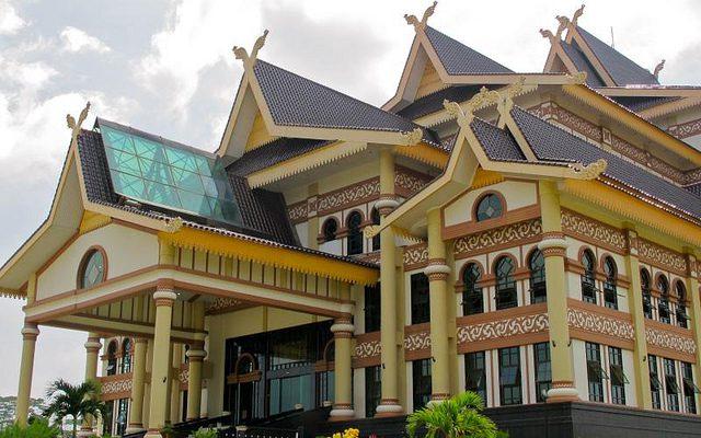 Gedung Idrus Tintin,  Bangunan Kental Nuansa Melayu