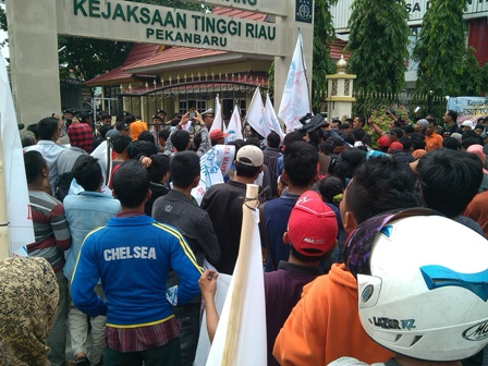 Ratusan Massa Demo di Kejati Riau