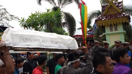 DPRD Pelalawan, Baru Dilantik Sudah di Demo