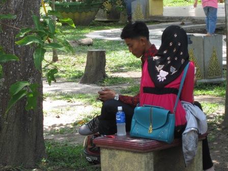 Muda-Mudi 'Pacaran' Bikin Resah Pengunjung Taman Kota