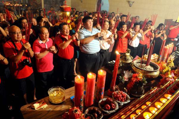 Memuja Dewa, Warga Tionghoa Rohil Lakukan Sembahyang