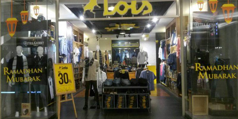 Jelang Idul Fitri, Lois Bagi-bagi Syal untuk Pelanggan