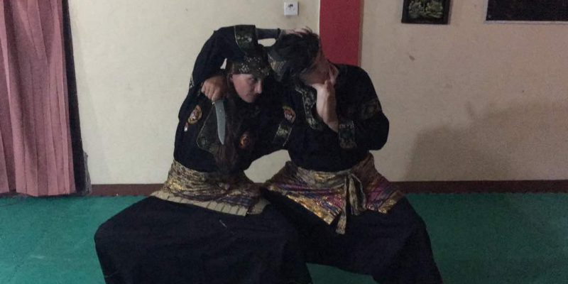 Bule Italia Ini Semangat Belajar 'Silek' Minang