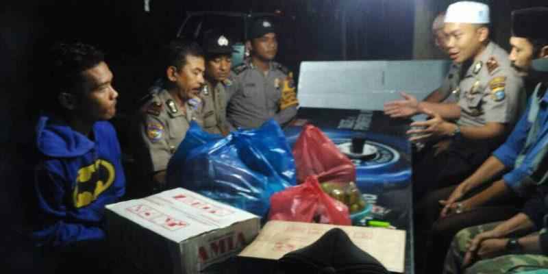 Kali Pertama, Warga Sahur Bareng Polisi di Bawah Turun Hujan