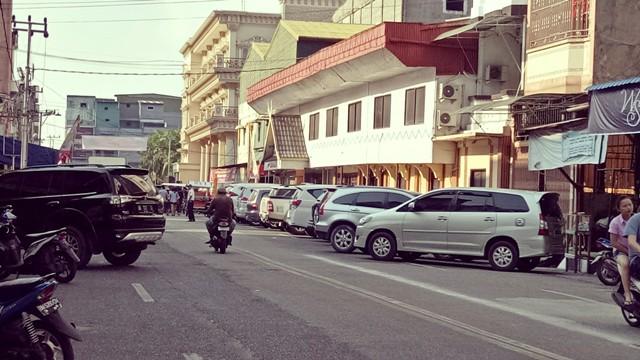 Mobil Pengunjung Ritual Bakar Tongkang Padati Jalan Kota Bagansiapiapi