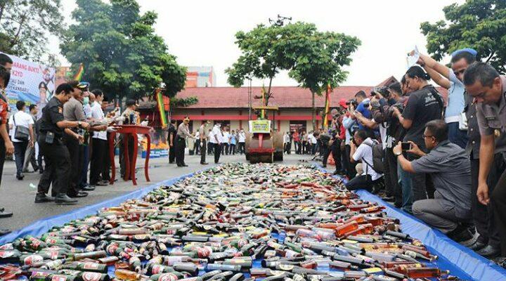 Ribuan Botol Miras dan Narkotika Dilenyapkan Polda Riau