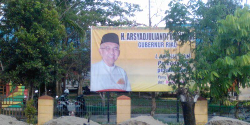 Spanduk 'Lanjutkan' Gubernur Riau juga Terpasang di Depan SMKN 1 Tembilahan