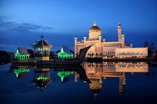 Ada Kapal Didepan Masjid Ini