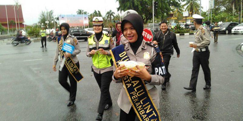 Satlantas Polresta Sampaikan Pesan Untuk Pengendara Lewat Takjil
