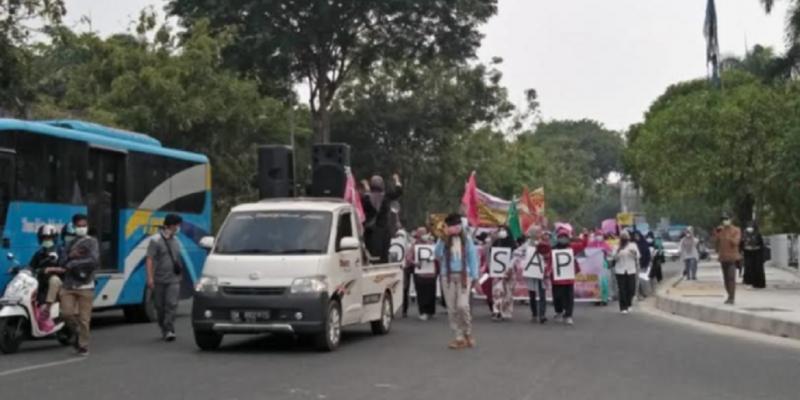 BREAKING NEWS! Puluhan Emak-Emak di Pekanbaru Demo Kabut Asap