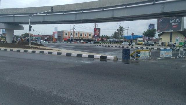 Jalan di Bawah Flyover Pasar Pagi Masih Ditutup
