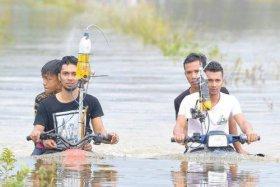 Motor Amfibi Ciptaan Pemuda Ini Berjalan di Sungai Dalam, Tangki Bensin di Buat Seperti Infus