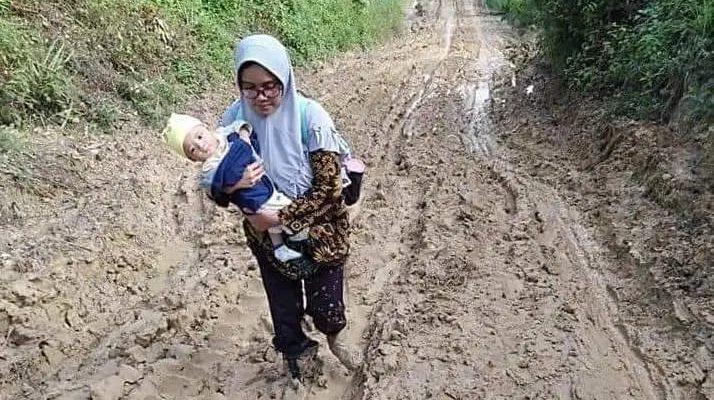 Pergi Mengajar Lewati Jalan Berlumpur, Foto Guru Sambil Gendong Bayinya ke Sekolah Viral