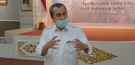 Masker Syamsuar Melorot Saat Jawab Pertanyaan Wartawan