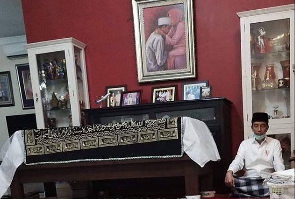 Viral Foto Presiden Jokowi Duduk Bersila di Samping Peti Mati Ibunya, Warganet Sampaikan Belasungkawa