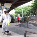Tenaga Medis Kekurangan Baju, Pria Ini Malah Gunakan APD saat Main Skateboard