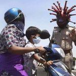 Peringatkan Warga Tidak Keluar Rumah karena Corona, Polisi India Gunakan Topeng Seperti Virus