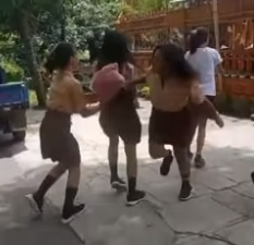 Videonya Viral, Seorang Siswi Dianiaya Hingga Ditendang Tiga Orang Temannya