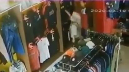 Terekam CCTV! Perempuan Penjaga Toko Pakaian Ini Jadi Korban Begal Payudara