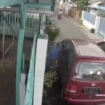 Terekam CCTV! Seorang Pengendara Kejang-kejang Usai Menabrak Pintu Mobil di Pinggir Jalan
