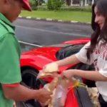Bagikan Makanan Gratis, Owner MS Glow Ini Viral karena Gantungin Kerupuk di Pintu Ferrarinya