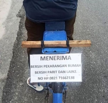Sediakan Jasa Bersihkan Parit Rumah dengan Berkeliling Sepeda, Foto Pria Ini Viral