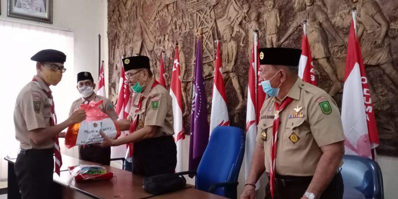 Kwarda Gerakan Pramuka Riau Serahkan Paket Sembako untuk Anggota Pramuka Terdampak COVID-19