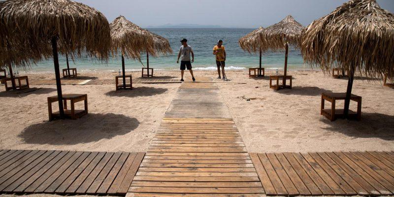 Pembatasan Dilonggarkan, Warga Eropa Kunjungi Pantai dan Taman
