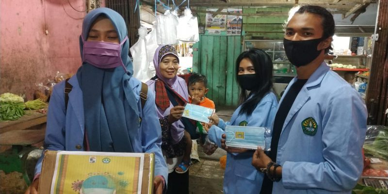 Tim Pengabdian Masyarakat Relawan COVID-19 UNRI Bagikan Masker kepada Masyarakat