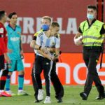 Ingin Selfie Bersama Messi, Fans Ini Nekat Menyusup ke Pertandingan Barcelona