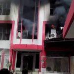 Gedung Telkom Pekanbaru Terbakar, Netizen Berteriak 'Hilang Sinyal'