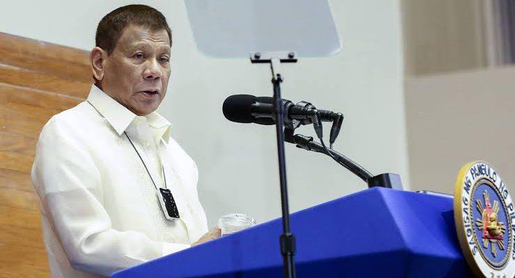 Presiden Duterte Suruh Warga Cuci Masker dengan Bensin
