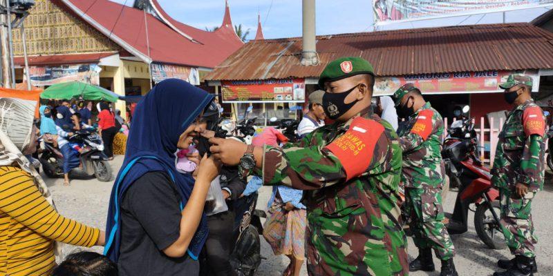 Koramil 06/Singkarak Bagikan Masker Gratis ke Pedagang dan Pengunjung Pasar