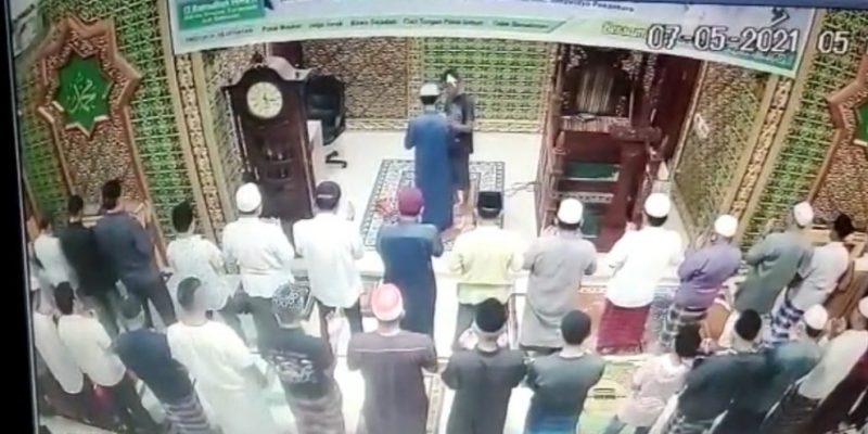 Video Detik-Detik Pemukulan Imam Masjid di Pekanbaru